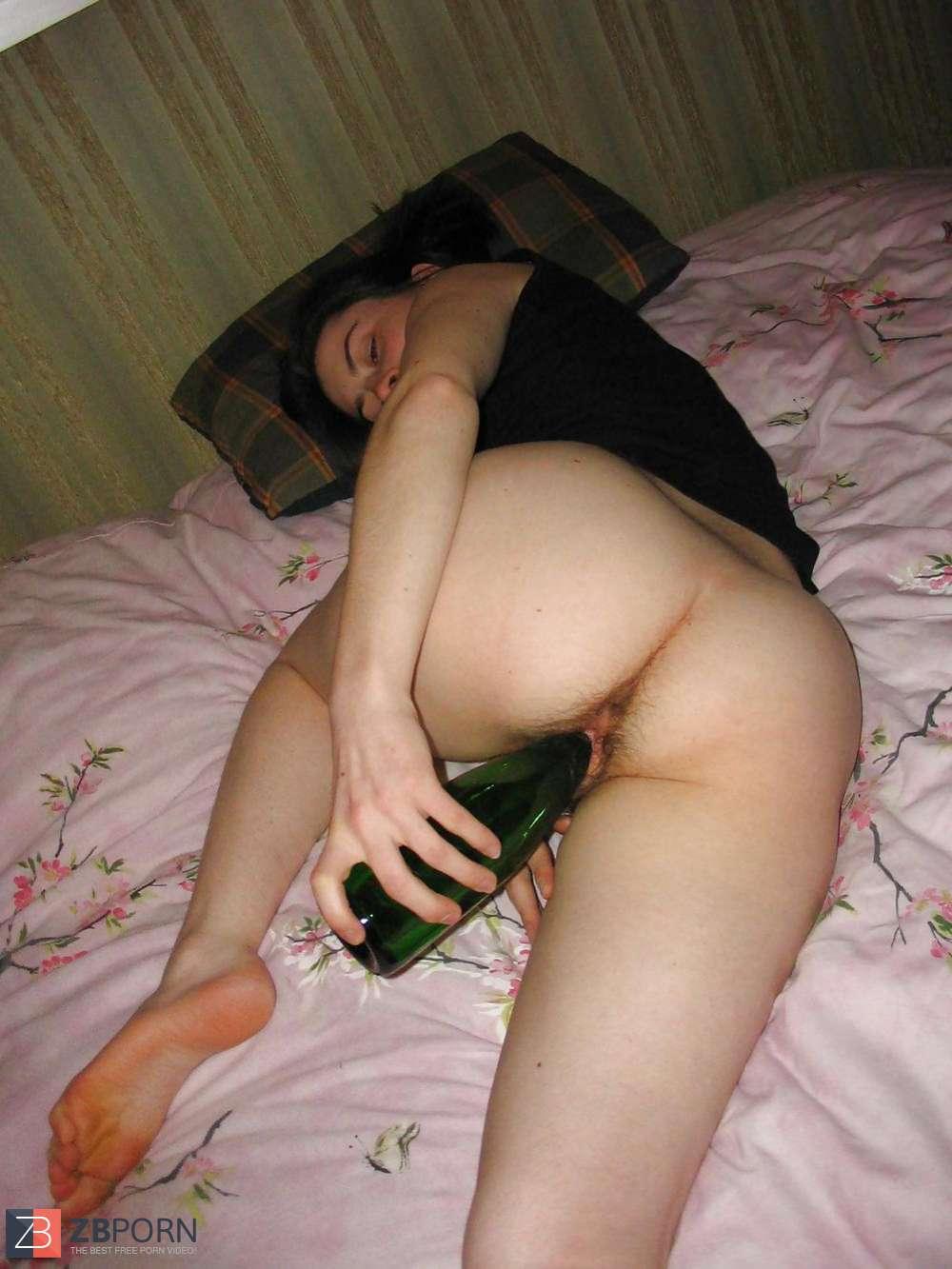 Пьяную ебут бутылкой