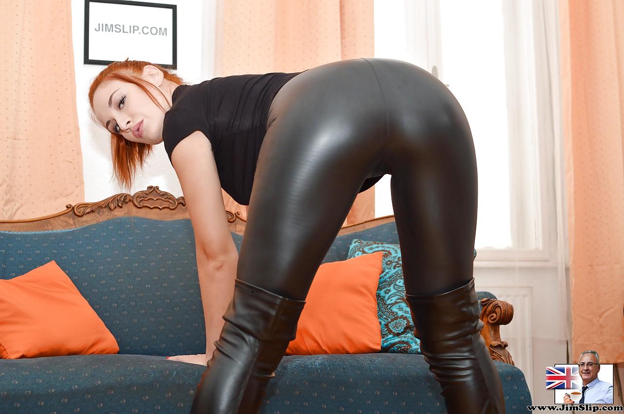 Девушка с фигурой в обтягивающих чулках и мини юбке видео